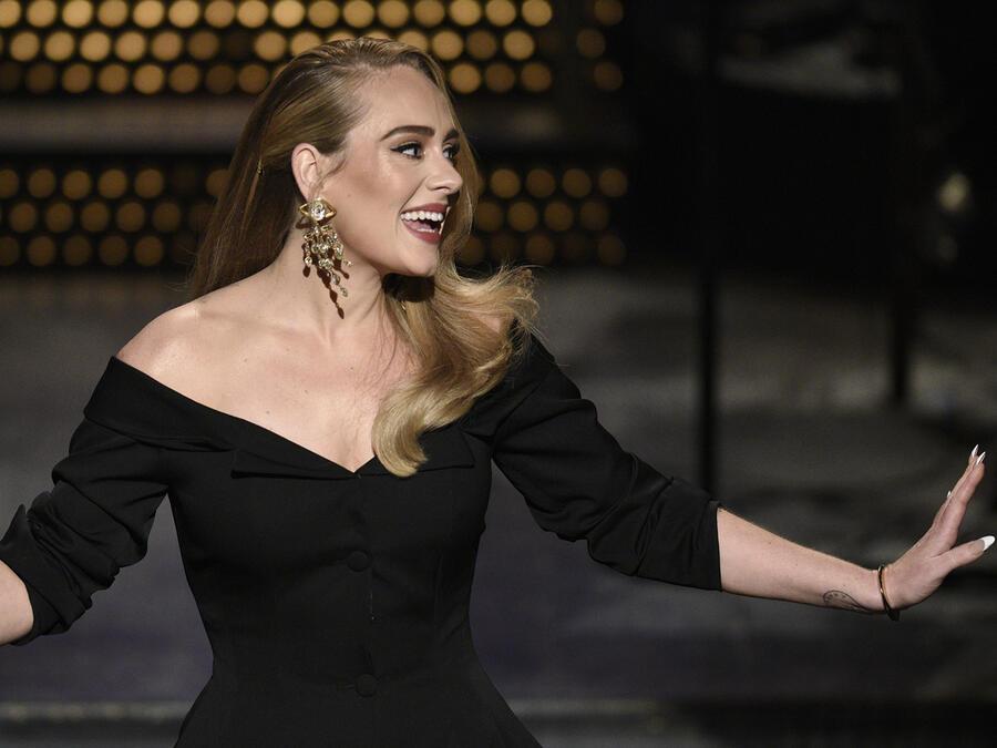 Adele feliz.