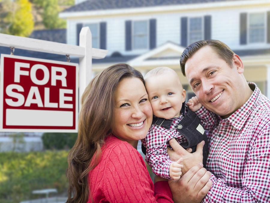 Familia frente a casa en venta