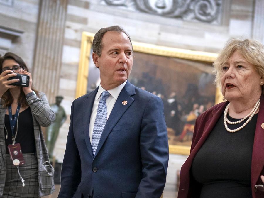 Adam Schiff y Zoe Lofgren, representantes demócratas por California, caminan hacia el Senado durante el juicio político del presidente Donald Trump el 24 de enero de 2020.
