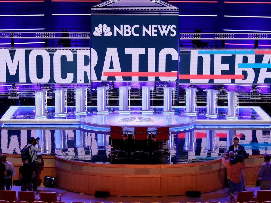 El escenario del primer debate demócrata de las elecciones del 2020 que se realiza en Miami, Florida el 26 de junio de 2016