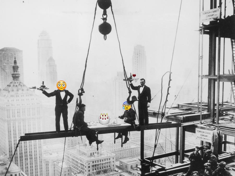 Trabajadores almorzando durante la construcción de un rascacielos.