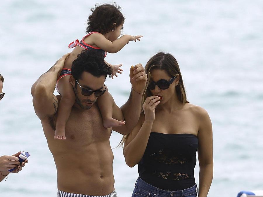 Aarón Díaz y Lola Ponce con sus hijas Erin y Regina en la playa de Miami