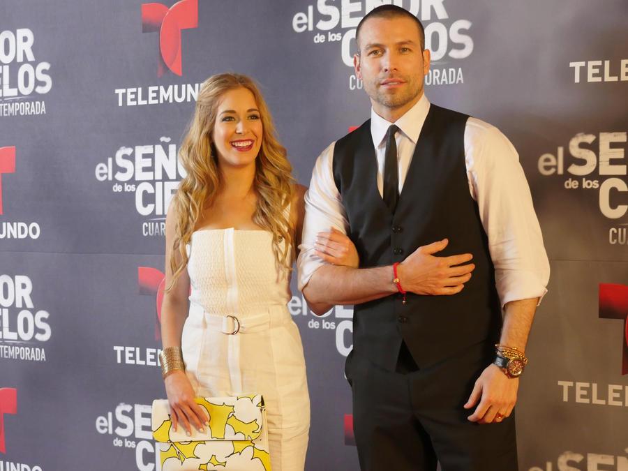 Rafael Amaya, Carmen Aub, juntos, alfombra roja, El Señor de los Cielos 4