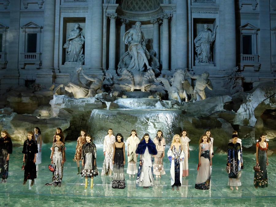 Modelos en el desfile de Fendi en la Fontana de Trevi