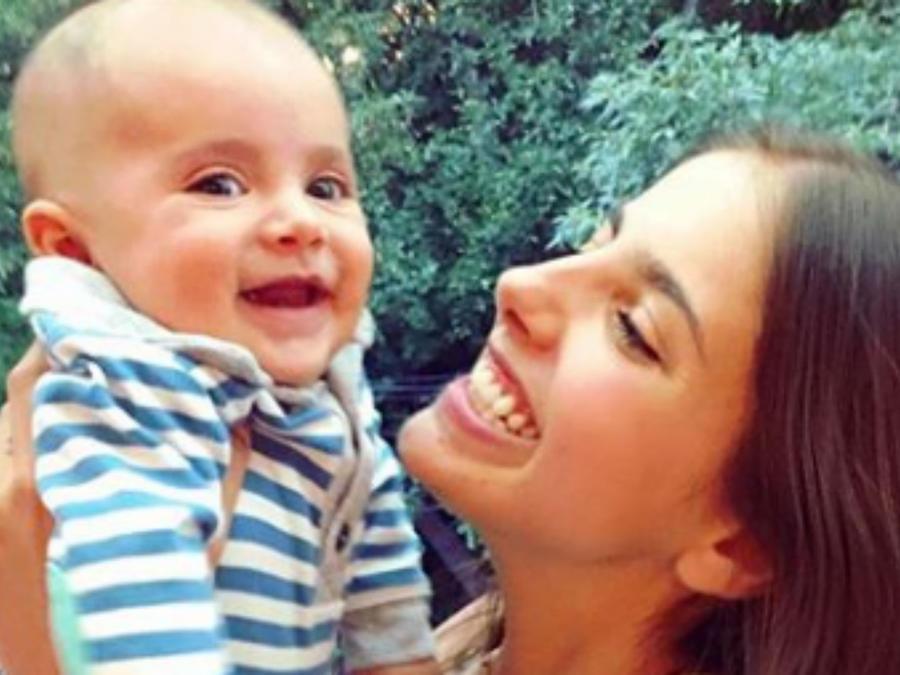 Michelle Renaud cargando a su hijo Marcelo