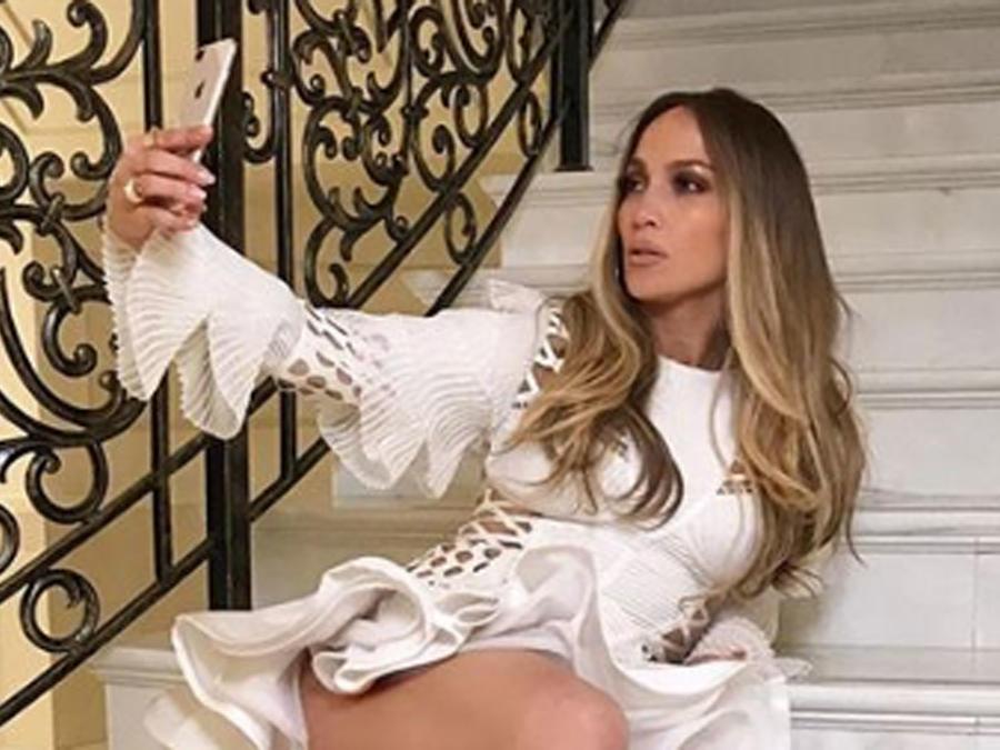Jennifer Lopez en minivestido de Balmain