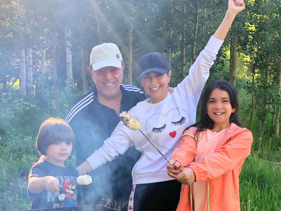 Thalía de camping con su familia