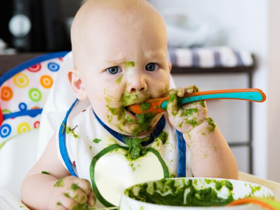 Bebé comiendo espinacas