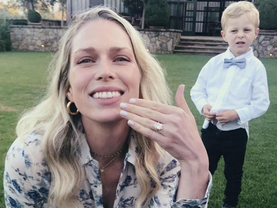 Erin Foster con su anillo de compromiso