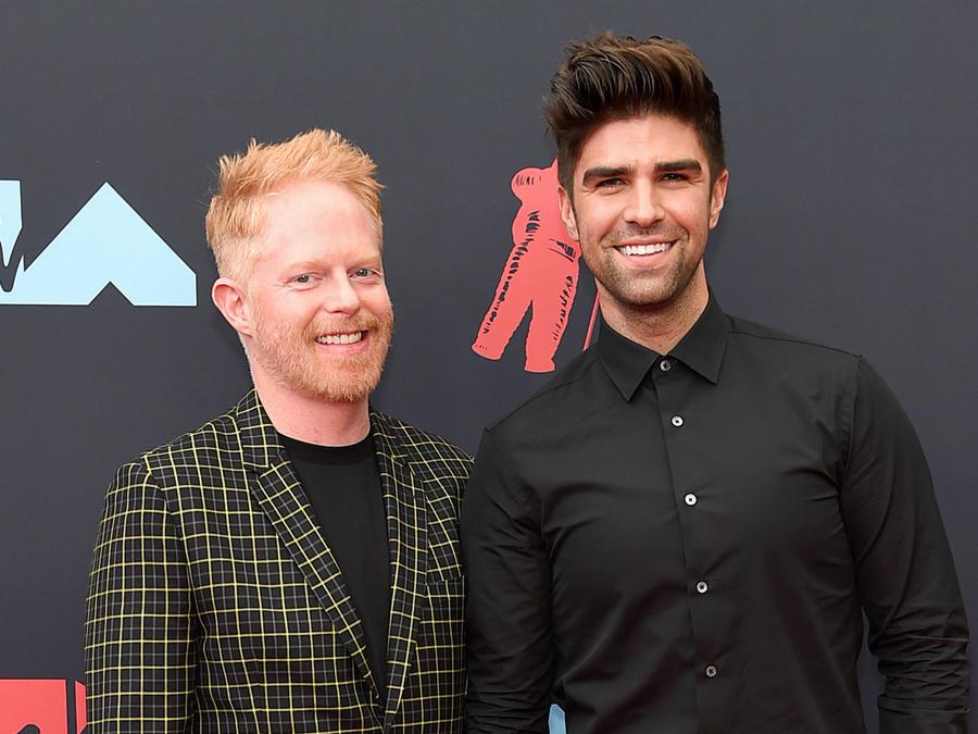Jesse Tyler Ferguson y Justin Mikita en los MTV VMAs 2019