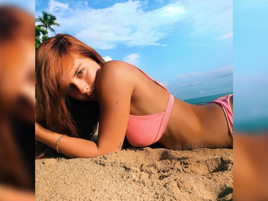 Gabriela Berlingeri usando bikini rosa