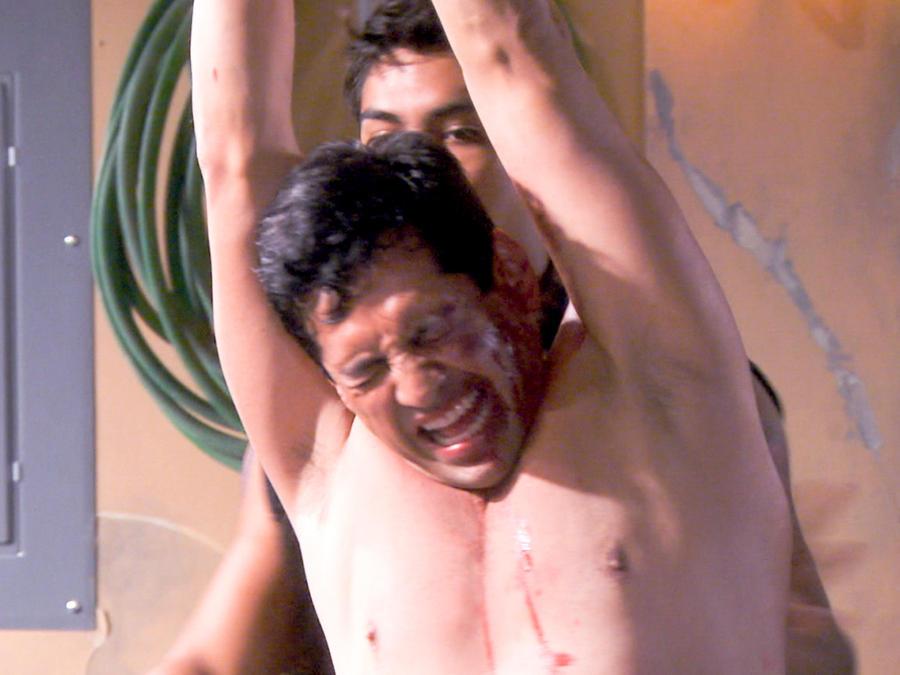 Gabriel Porras torturado en Bajo El Mismo Cielo