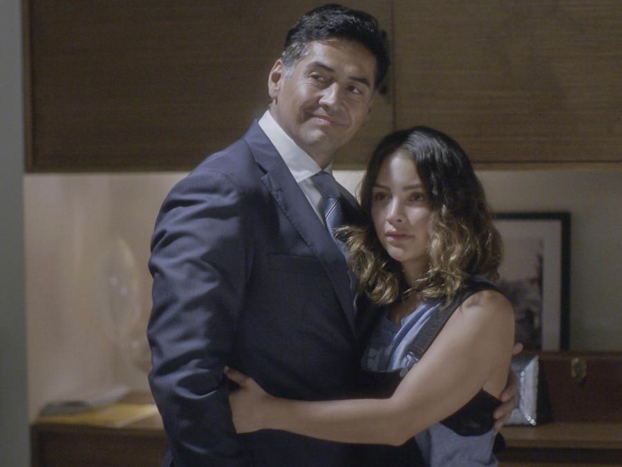 Gabriel Porras y Daniela Wong en Al Otro Lado Del Muro