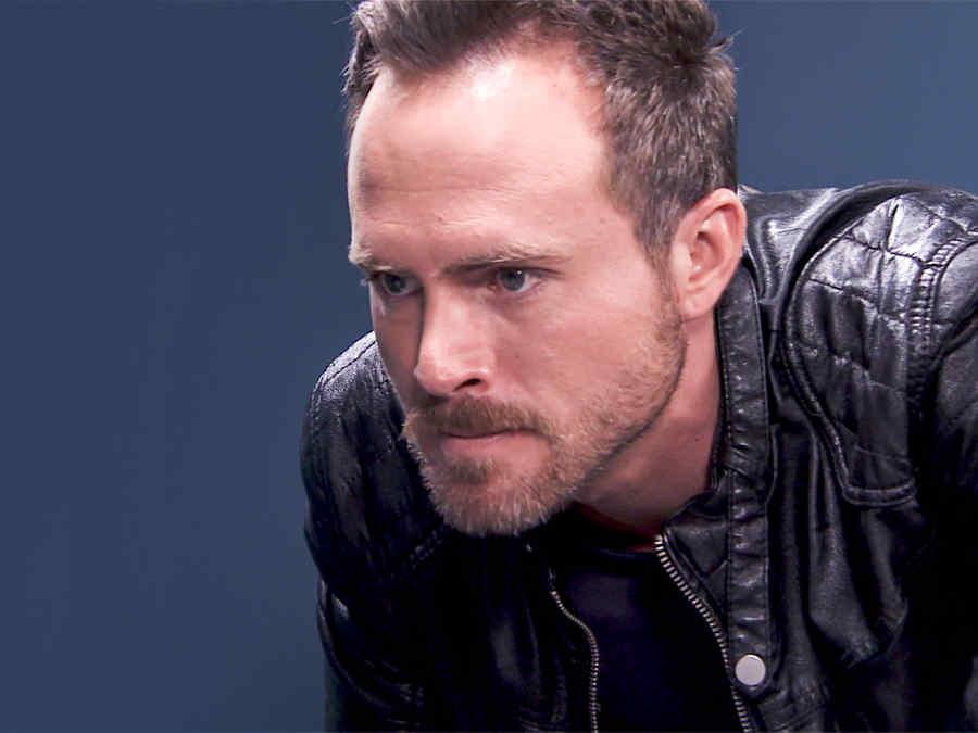 Erik Hayser es Daniel Ponce enojado con una chamarra negra en Los Miserables