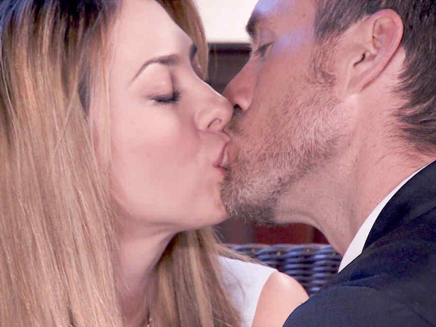 Aracely Arámbula y Erik Hayser besándose en Los Miserables
