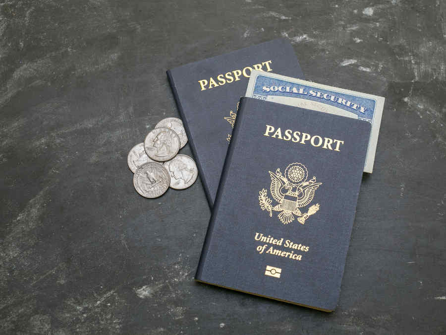 Pasaporte junto a social security