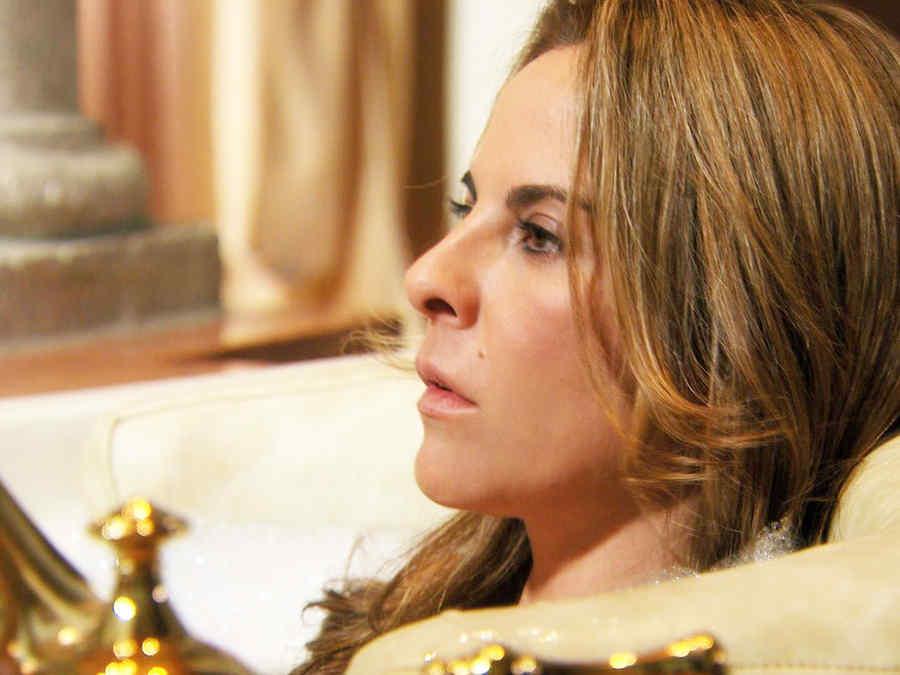 Kate del Castillo, Anastasia Cardona, en la bañera, Dueños del Paraíso