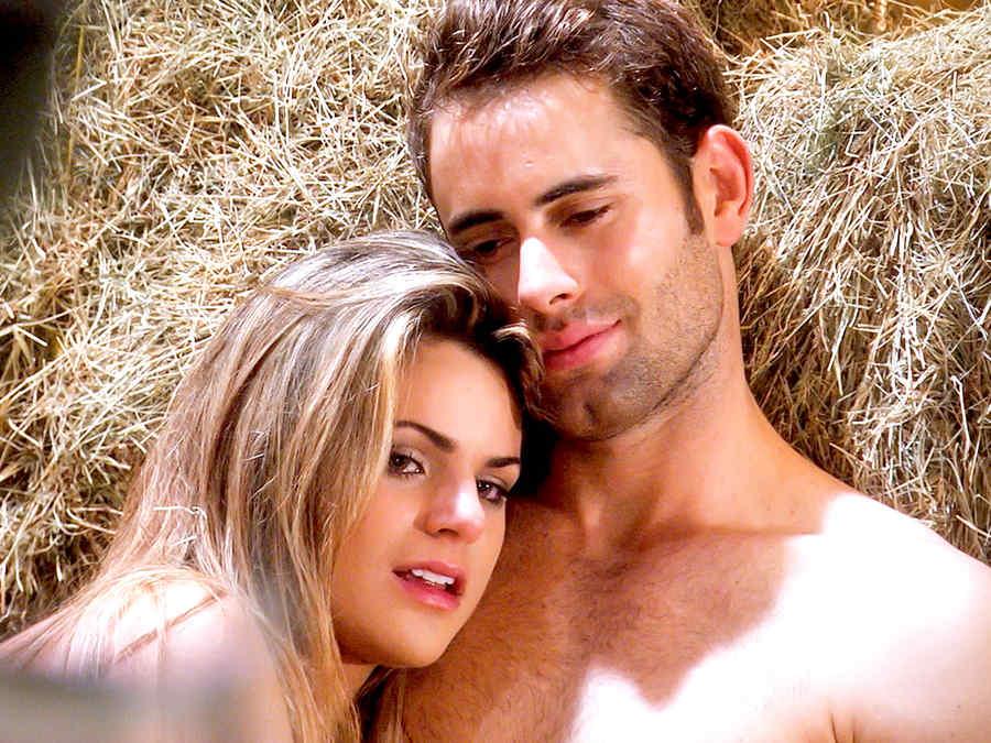 Gabriel Rossi e Isabella Castillo acostados sin ropa en Tierra de Reyes