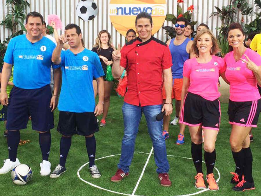 Presentadores de Un Nuevo Día jugando fútbol