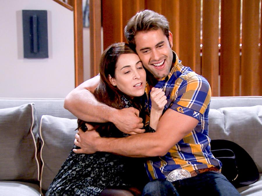 Gabriel Rossi y Adriana Lavat abrazados en Tierra de Reyes