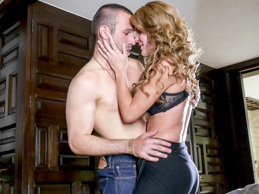 Rafael Amaya, Veronica Montes, abrazados sin camisa,El Señor de los Cielos Tercera Temporada