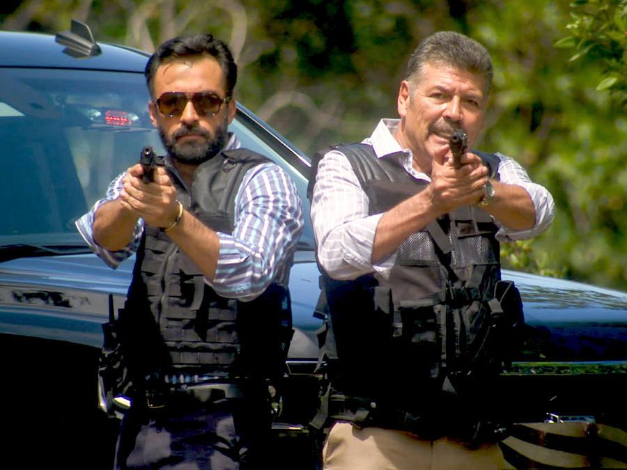 Guillermo Quintanilla con una pistola en Tierra de Reyes