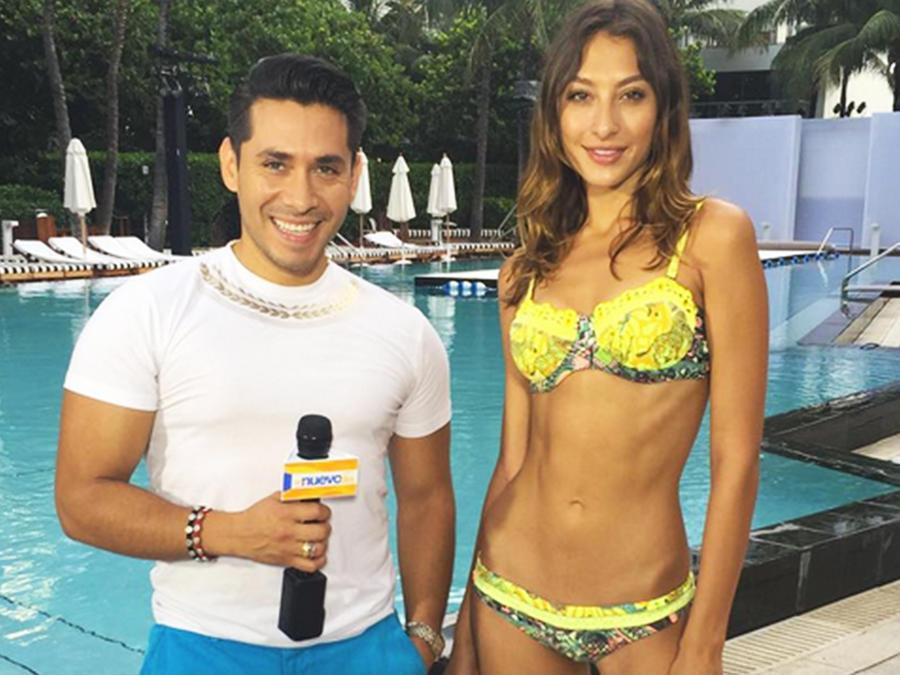 Christian Ramírez junto a modelo