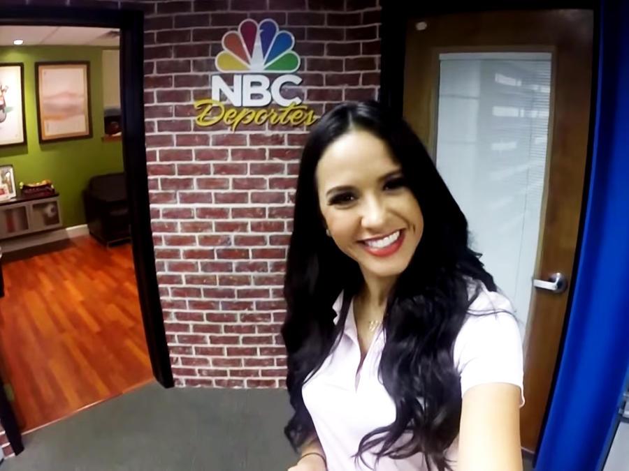 Ana Jurka en el set de 'Titulares Telemundo'