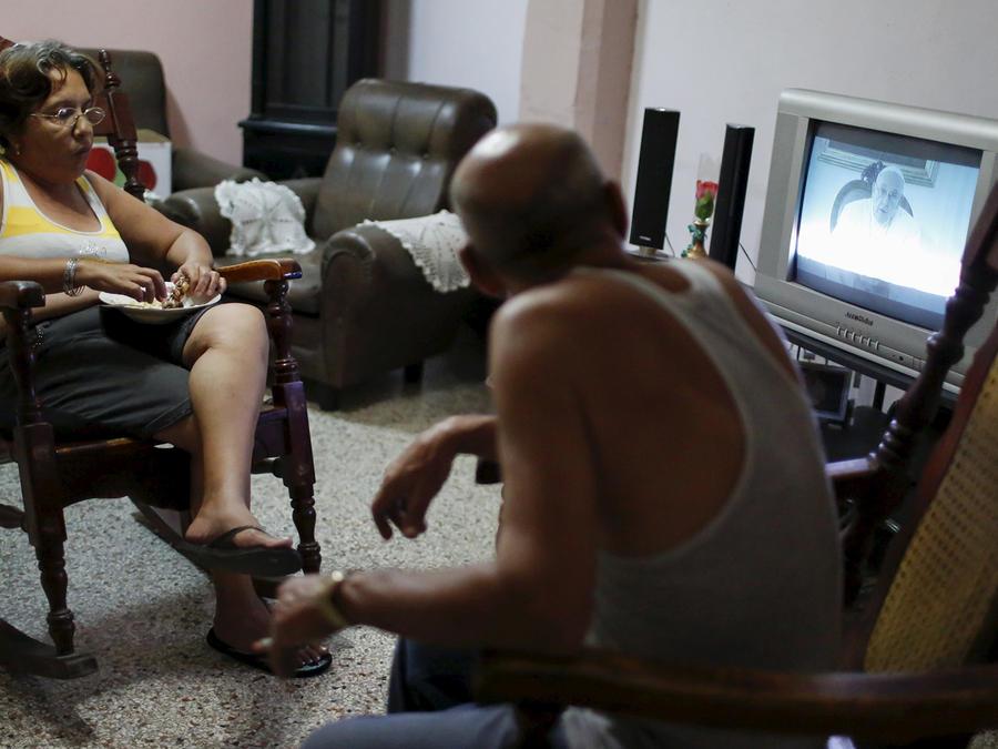 Cubanos en la isla ven el mensaje del Papa Francisco sobre su visita a Cuba