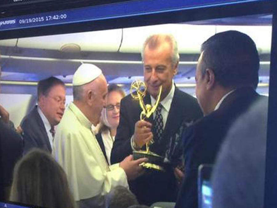 momento en que telemundo entrega emmy al papa