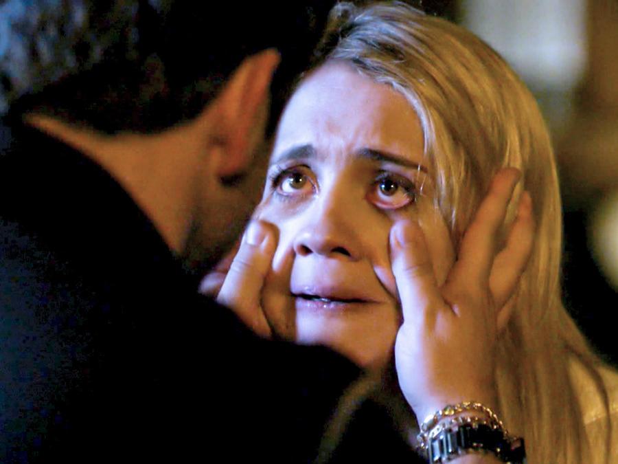 Murilo Benicio secándole las lágrimas a Adriana Esteves en Avenida Brasil