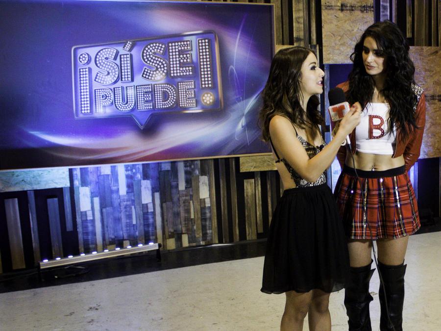 Bárbara de Regil con Caeli en entrevista después del show 5 de Sí Se Puede