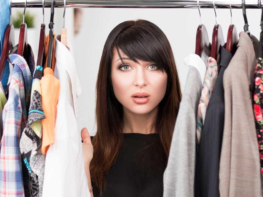 recomendaciones para organizar tu closet: las argollas y chapas encabezan la lista