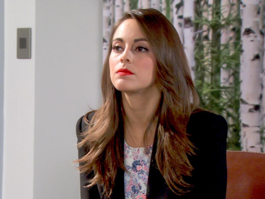 María Elisa Camargo seria con los labios rojos en Bajo El Mismo Cielo