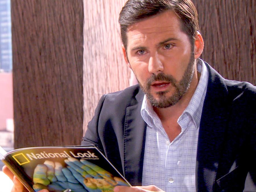 Keller Wortham sorprendido leyendo una revista en Bajo El Mismo Cielo