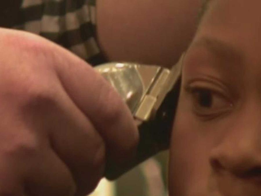 un barbero esta regalando cortes de pelo a los buenos alumnos