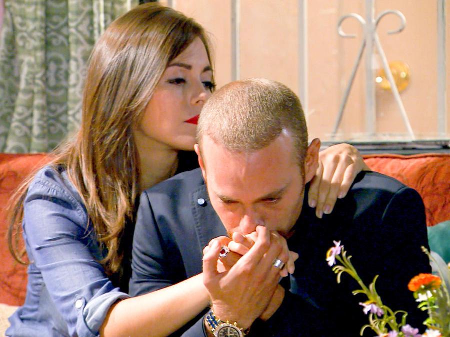 María Elisa Camargo consolando a Luis Ernesto Franco en Bajo El Mismo Cielo