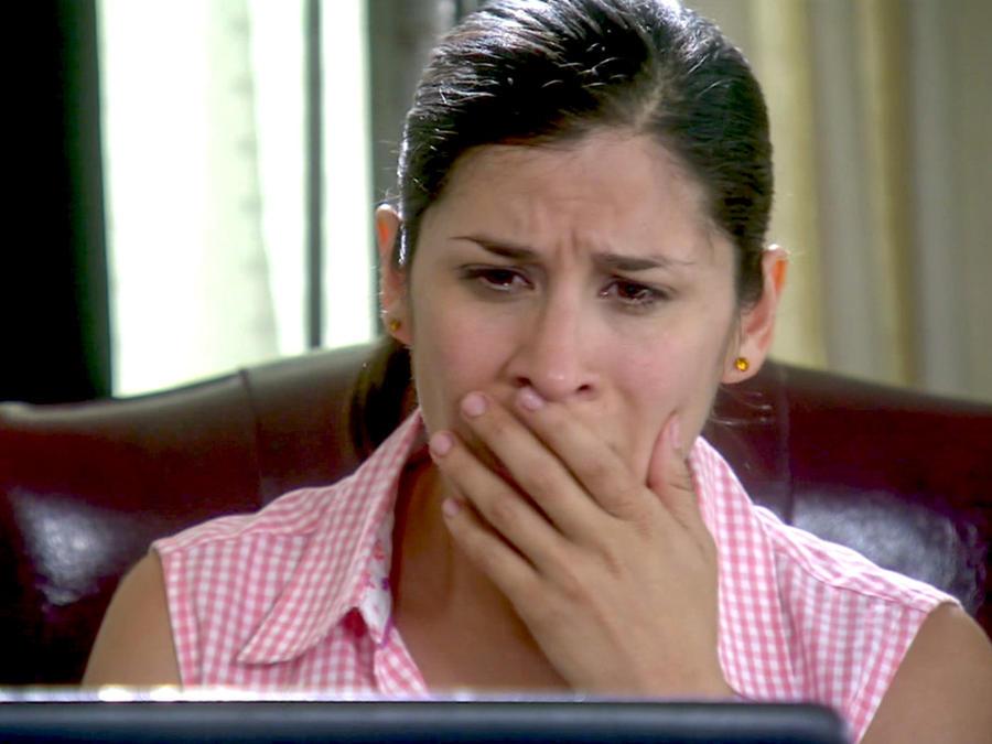Ximena Ayala llorando en Bajo El Mismo Cielo