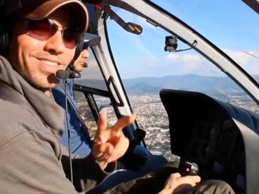 enrique iglesias muestra su talento como co-piloto