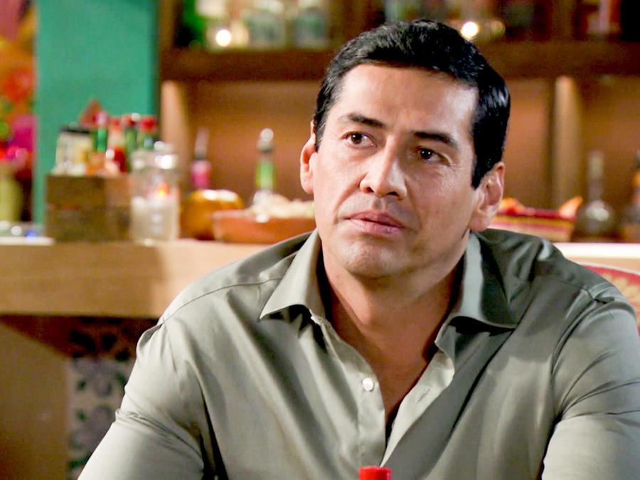 Gabriel Porras vestido con camisa verde y serio en Bajo El Mismo Cielo