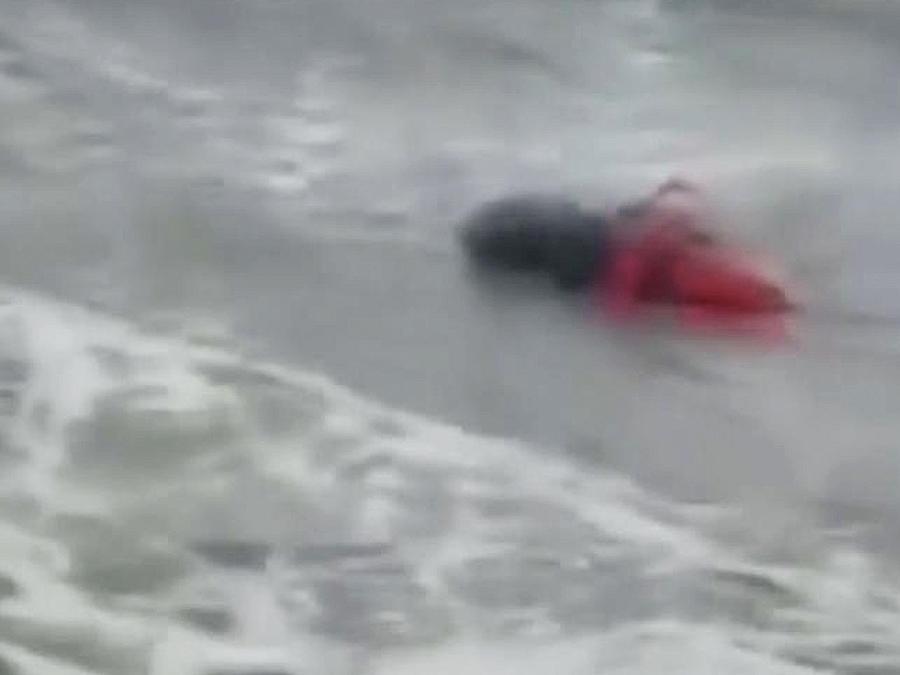 cuerpo flotando en el mar