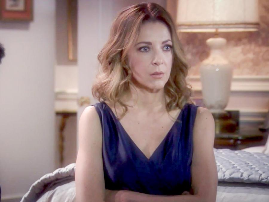 Edith González de brazos cruzados en Eva La Trailera