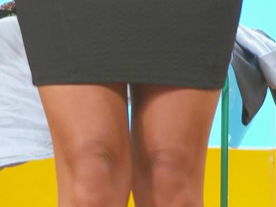vestido negro sobre la rodilla