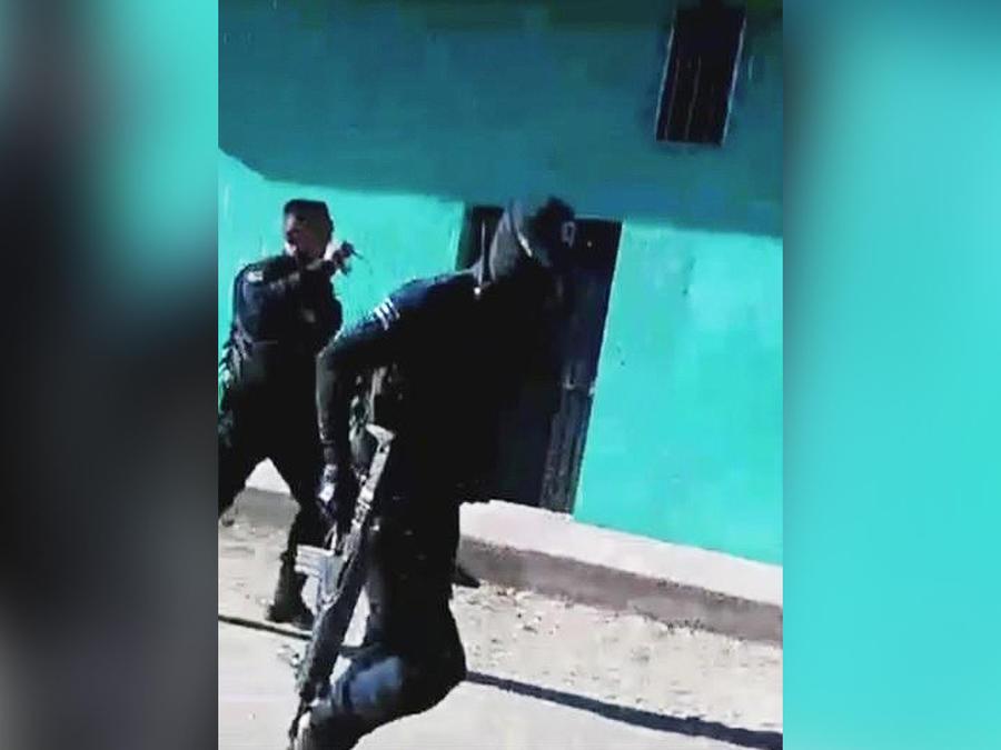 policias huyendo