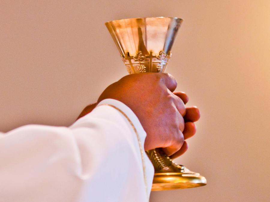 sacerdote con copa