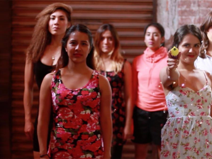 Las Hijas de la Violencia enfrentan acosadores con confeti y música rock
