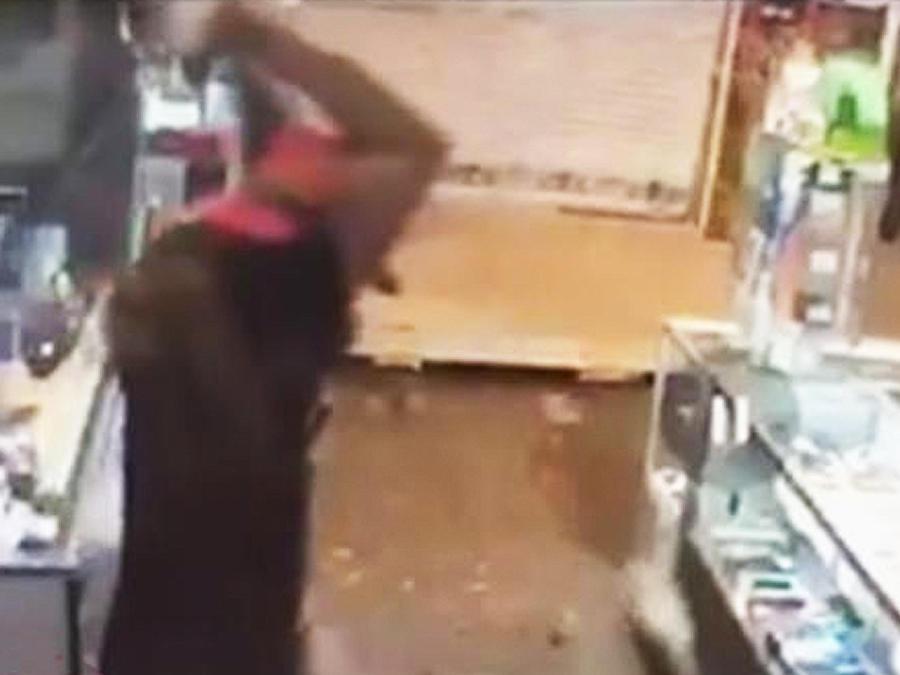 desquiciado ataca hombre con vara