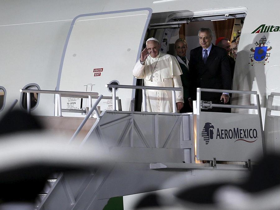 El avión con el papa a bordo toca tierra en México