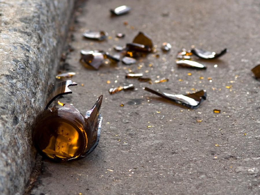 botellas rotas en calle