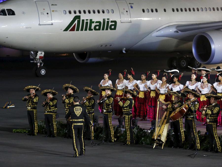 Mariachis cantan y bailan en ceremonia de bienvenida al papa